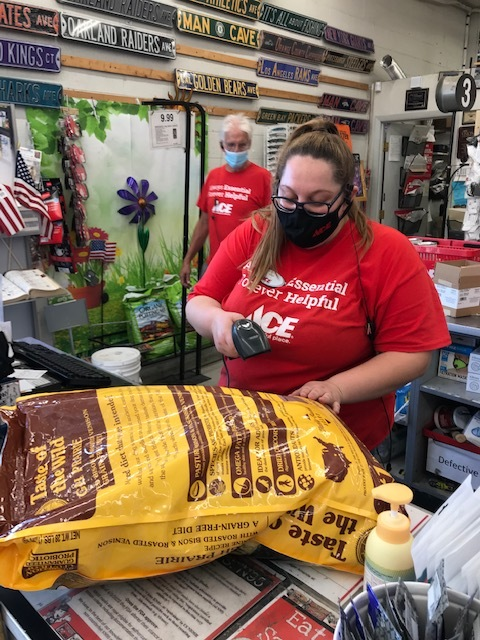 RT https://t.co/g2buNO6nUb That is a large bag of Taste of the Wild Pet Food that Nisa is ringing up there. What kind of dog do you think is buying it? We think it's a chihuahua mainly becau… https://t.co/37TgD1MmUV