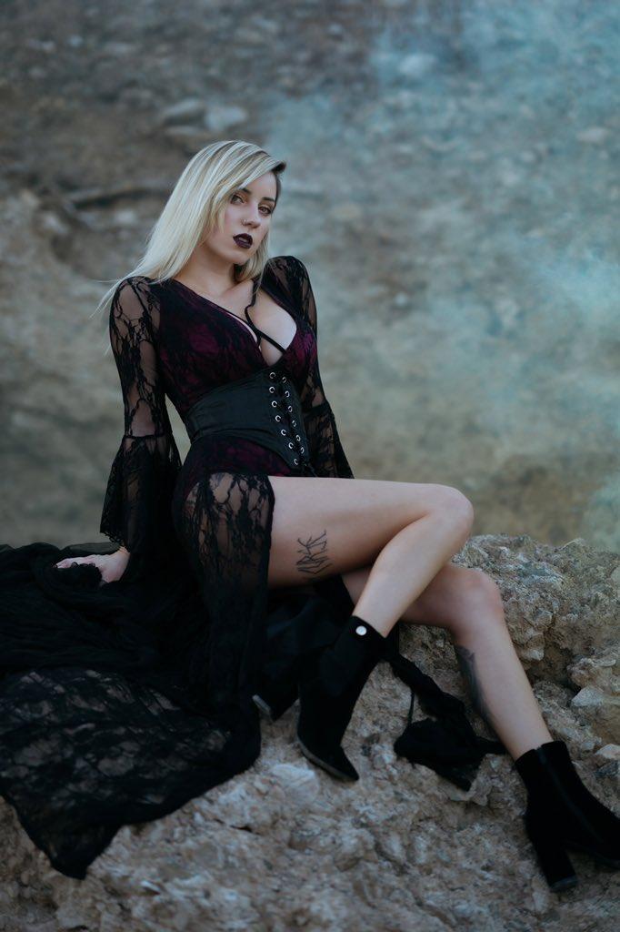 Desert vampire queen 🏜 💉 👑 Full set on Patreon.com/hannahrayninja