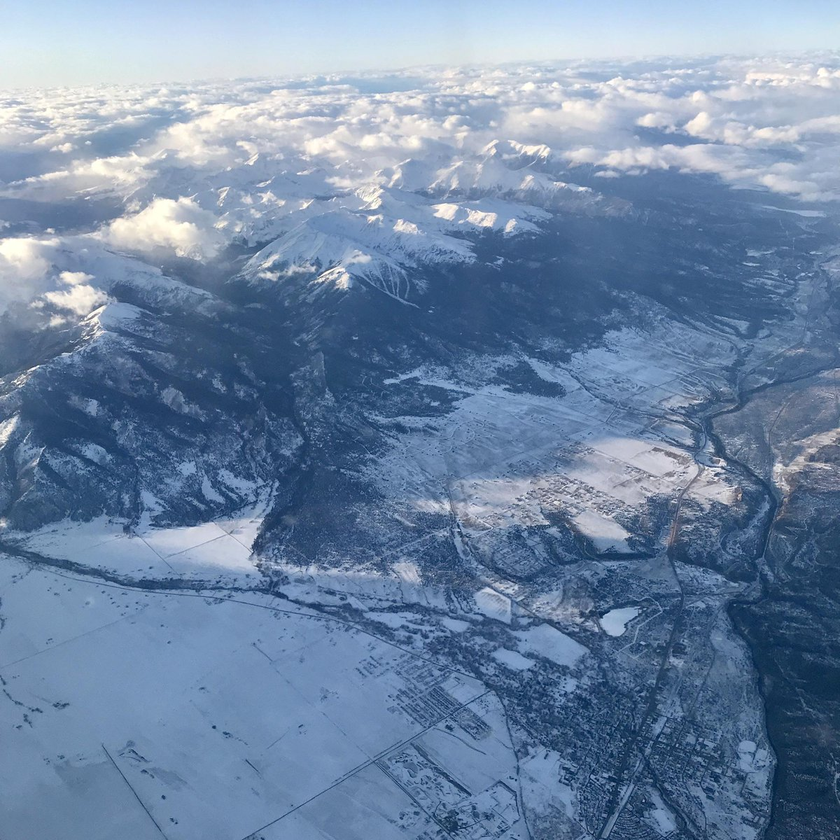 """""""Flying over the snow covered Rocky Mountains last winter near Buena Vista CO, a few minutes before landing at the Denver airport. From u/NewportVermont on Reddit #snowcoveredrockymountainslastwinternearbuenavistaco #denverairport #minutes #landing #flying #winter"""" https://t.co/46OjFqGmnH"""