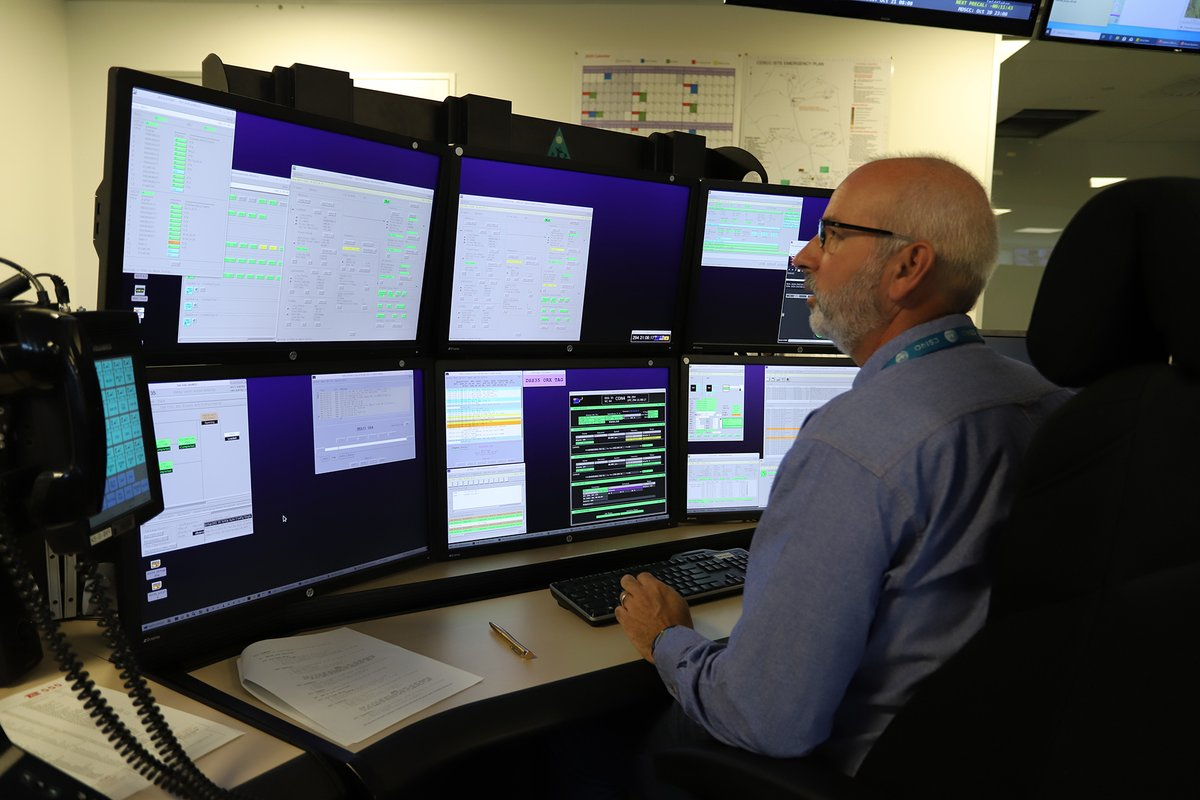 In our Operations Control Centre, Ops Supervisor Richard Stephenson @nascom1 is on console and monitoring the communications with @OSIRISREx through antenna Deep Space Station 35 #DSS35