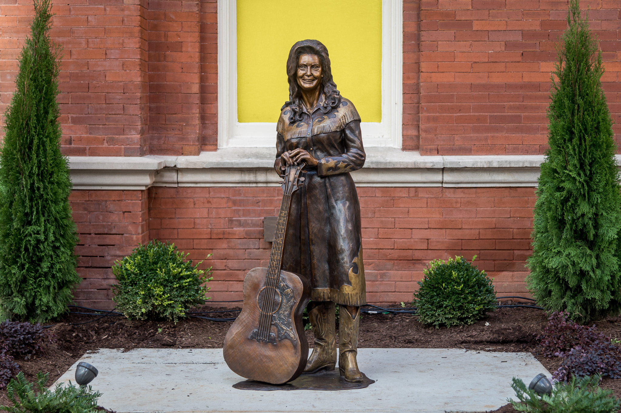 """On The Red Carpet on Twitter: """"A statue of music icon @LorettaLynn has been unveiled at @theryman's Icon Walk in #Nashville! The country star joins legends @LilJimDickens and Bill Monroe, whose statues"""