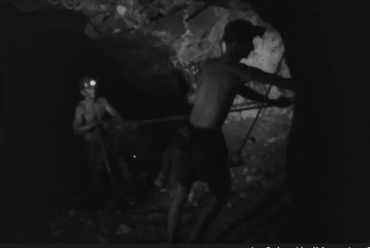 #MemoriaYSentimiento A esta hora en pantalla tráiler de la película Bajo la tierra (1968), dirigida por Santiago García; película que cuenta la historia de Don Múnera, joven tolimense que huye de la violencia en su región y viaja a las minas de oro de Antioquia. https://t.co/QnE5v9wBtQ