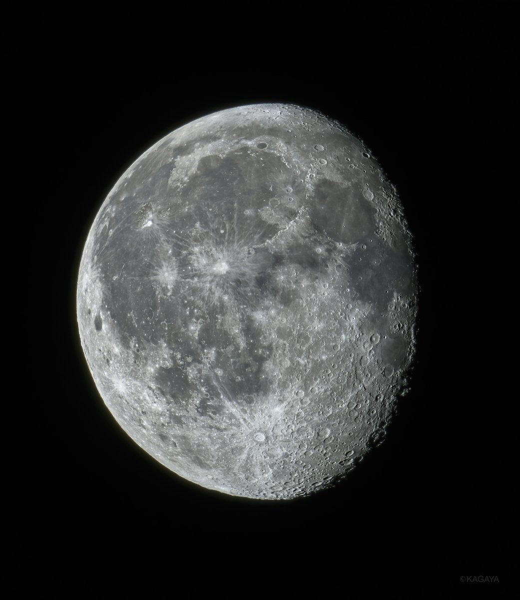 空をご覧ください。 東に寝待月(または臥待月)が昇りました。 (今、望遠鏡を使って撮影) 月が昇る時刻は日に日に遅くなり、月待ちの時間も長くなっていきます。 今日もお疲れさまでした。