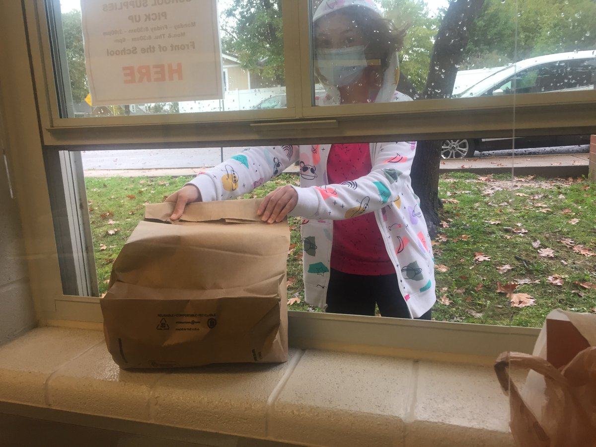 Chilly weather doesn't prevent Oakridge readers from picking up their library books. Request yours here: <a target='_blank' href='https://t.co/S0QSuYKfpG'>https://t.co/S0QSuYKfpG</a>. <a target='_blank' href='http://twitter.com/APSLibrarians'>@APSLibrarians</a> <a target='_blank' href='http://twitter.com/OakridgeConnect'>@OakridgeConnect</a> <a target='_blank' href='https://t.co/6XuenAfUdc'>https://t.co/6XuenAfUdc</a>