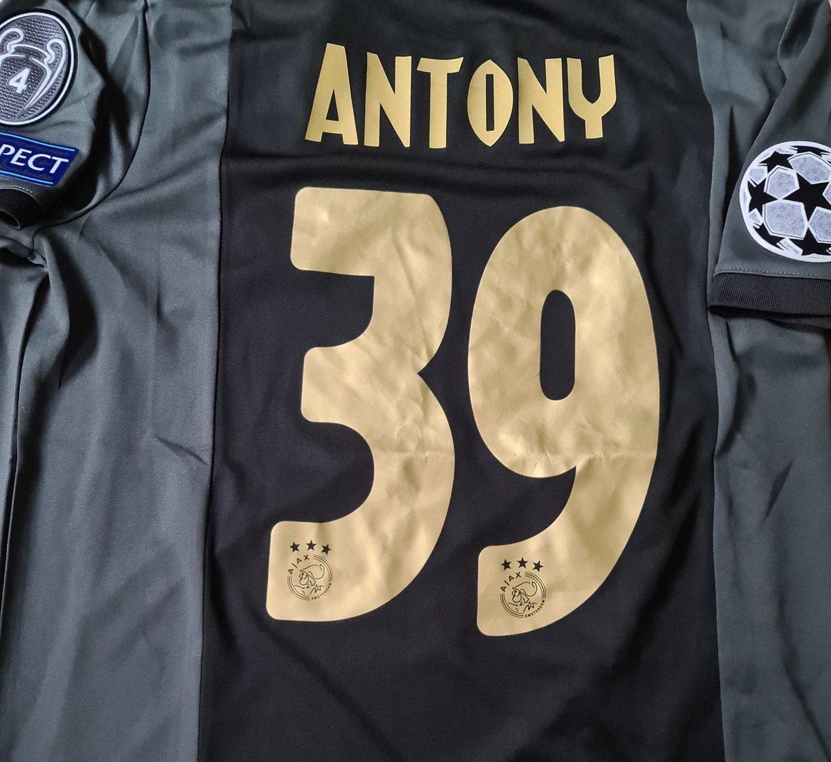 Het fraaie derde shirt gaat vanavond zijn officiële debuut maken! #midaja #UCL #AJAX