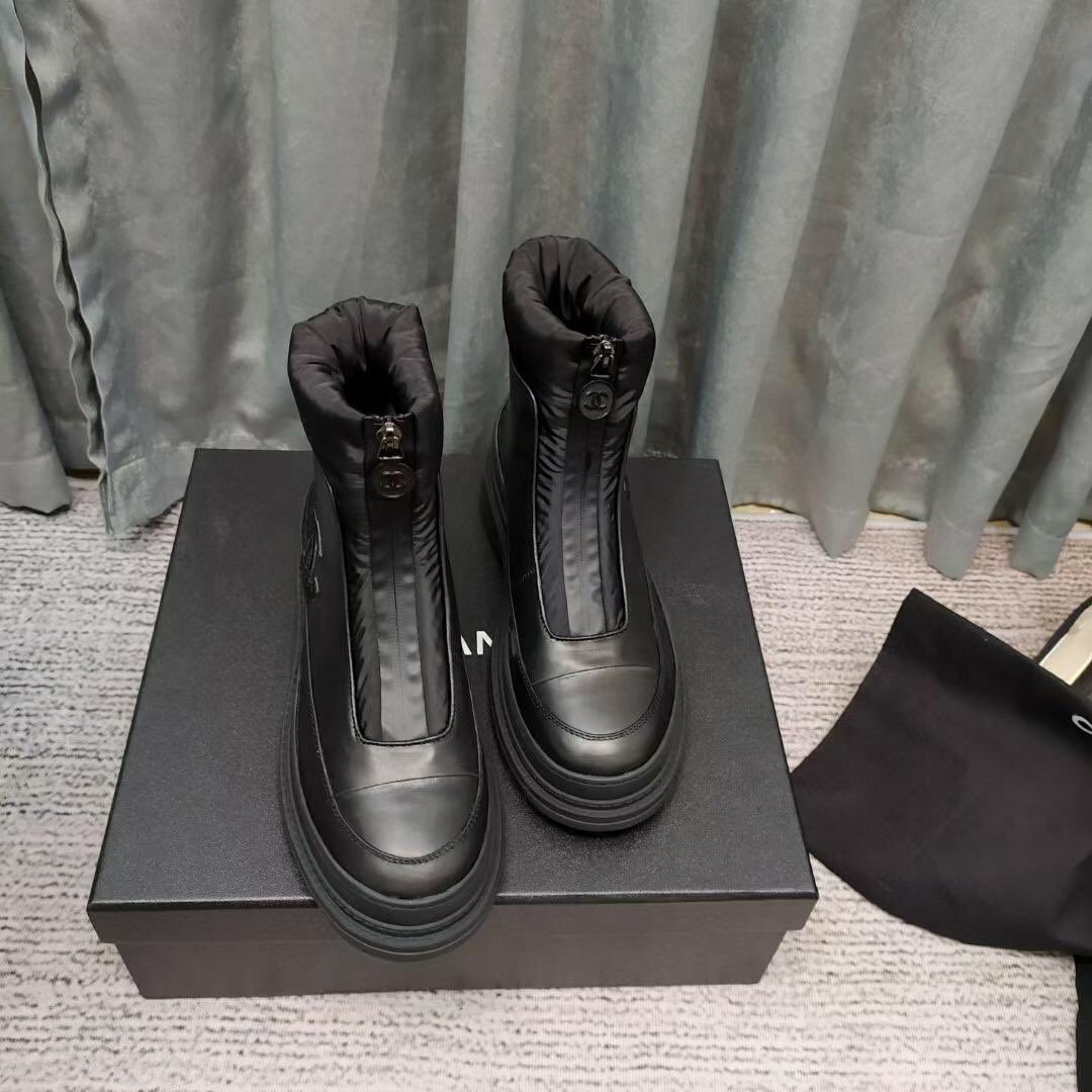 Chanel snow boots with non-slip buckle. One piece of fur. #Chanelshoes #chanelloverthailand #ChanelParis #chanelearrings #chanelwallet #chanelmakeup #Chanelperfume #chanellipstick #chanelcaviar #chaneljacket #chanelwelove #chanelvintage #chanelofficial