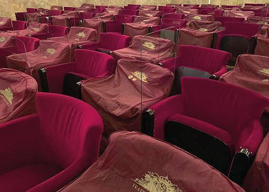 @SpaceCowboy21 @micheleemiliano Per dire, parlando della Campania, questo è il Teatro San Carlo di Napoli. Hanno messo questi plexiglas e distanziamento in 448. De Luca cosa ha fatto per le cose di sua competenza per trovare soluzioni? E' questo che ti fa incazzare. https://t.co/B4E5GYgziN