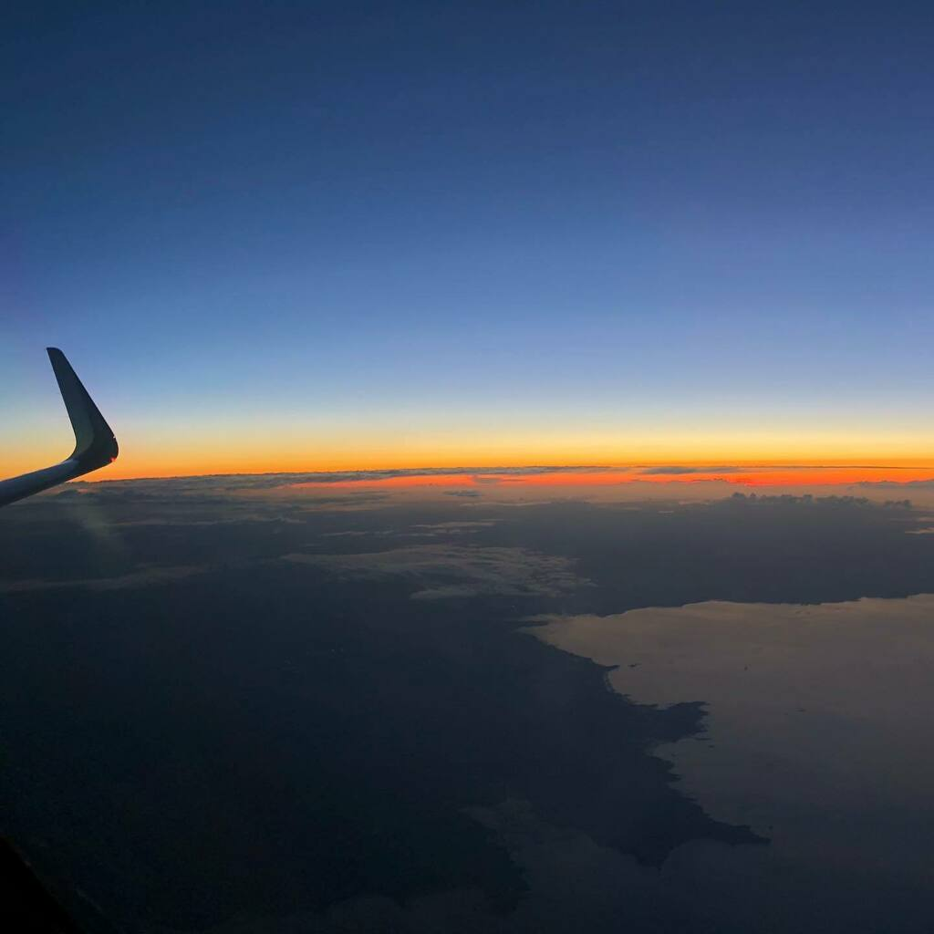 Who doesn't love a sunset like this?! Taken on the way back from Madrid at 34,000ft. #aviation #flying #sunset #cruise #pilot #airbus #sharklet #avgeek #aviationphotography #instagramaviation #nofilter https://t.co/y41jXZVvVQ https://t.co/ckYojEB8Ef