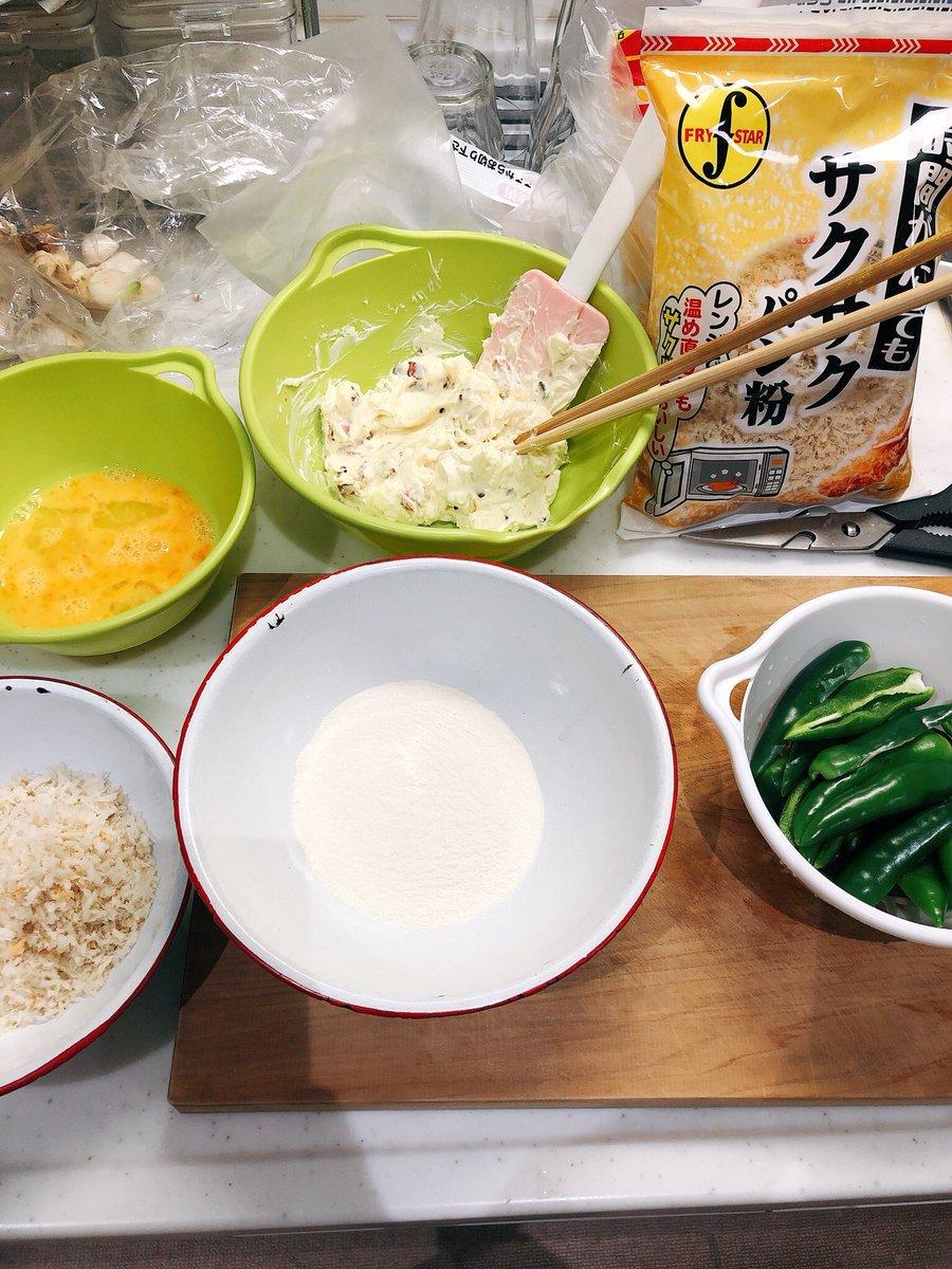 情熱ハラペーニョ☆同業者が作ったハラペーニョをもらい、レシピも教えてくれたからその通り作ってみたけど、揚げ物滅多にやらない割にはなんとかできたかな…🤔そして美味しい!辛いのもあるけどうまから!!あとずっと欲しかった油よけ便利〜〜〜