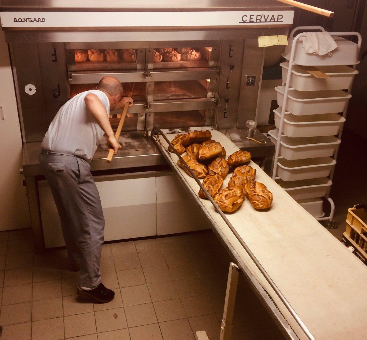 Nouvelle prod Kartagen dans le magazine 13h15, demain sur France 2. Rencontre avec un maitre du pain qui a ouvert sa boulangerie, sans aucun diplôme, il y a 18 ans dans le petit village de Laguiole. #france2 #boulanger #artisan #pain #laguiole #tradition #tropbon https://t.co/D7GiUHhsfr