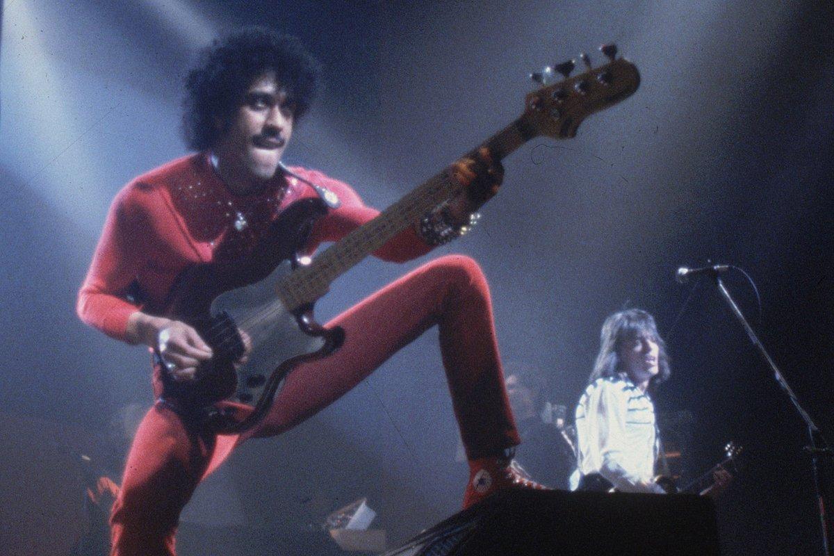 RECENSIE Phil Lynott: Songs for while I'm away  Documentaire die het tragisch geëindigde leven van Thin Lizzy-voorman Phil Lynott retoucheert tot portret van een romantische rockheld. Collega-muzikanten en familieleden nemen het H-woord niet in de mond.  https://t.co/TrgDVkJNMU https://t.co/m6SI0b4ZOo