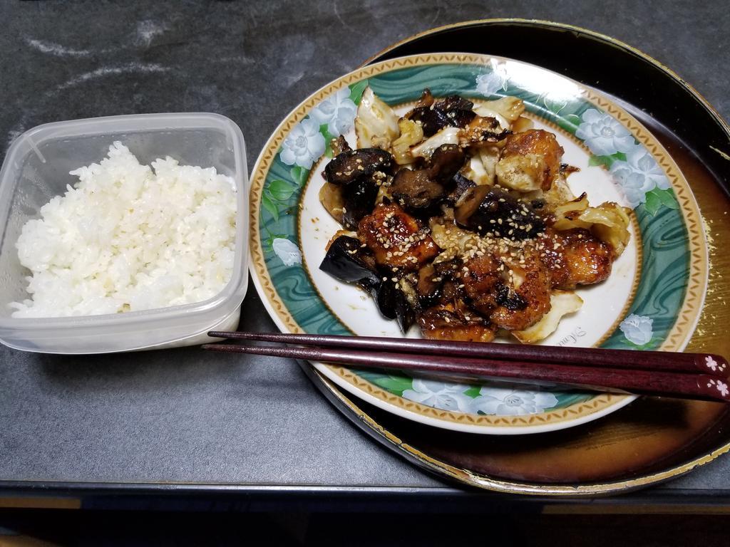 10月23日の晩御飯鶏むねと茄子のオイスターソース炒め参考ピーマンなかったので、きゃべつがまだあったのでそちらを使いきった。いただきます🙏