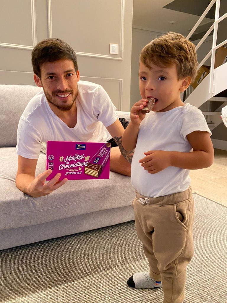 Hay que enseñarles desde pequeños cual es la mejor chocolatina del mundo ! 😅😍 Muchas gracias @ambrosiastirma por el detalle ❤️🇮🇨