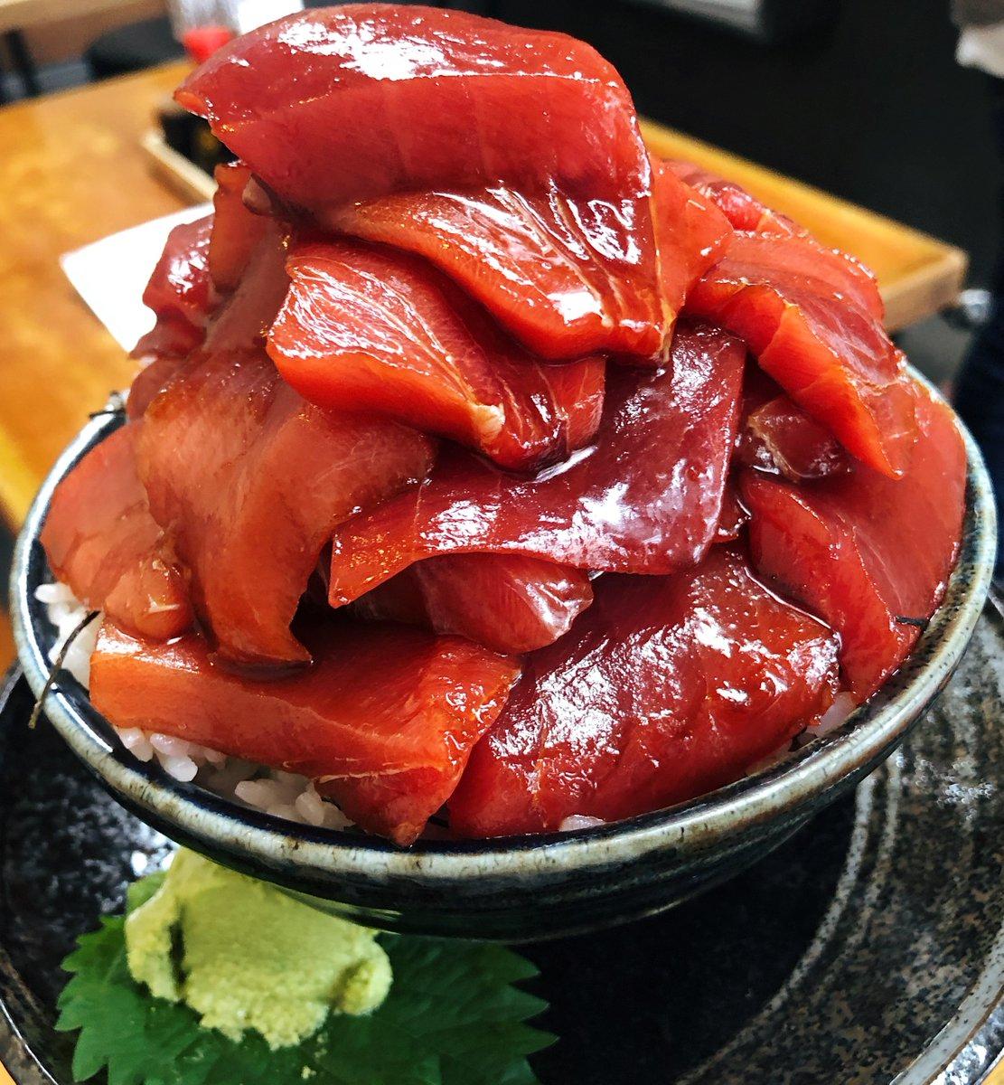 【海鮮丼専門店 木津 魚市食堂】@大阪:大国町駅から徒歩4分豪快に盛り付けてもらえる「こぼれ本マグロ丼」を食べられるお店。1つ1つの切り身が存在感を放つ厚切りマグロは漬けダレでしっかり味付けされており、ご飯との相性も抜群!マグロだけでも400gも盛り付けられた圧倒的ボリュームです!
