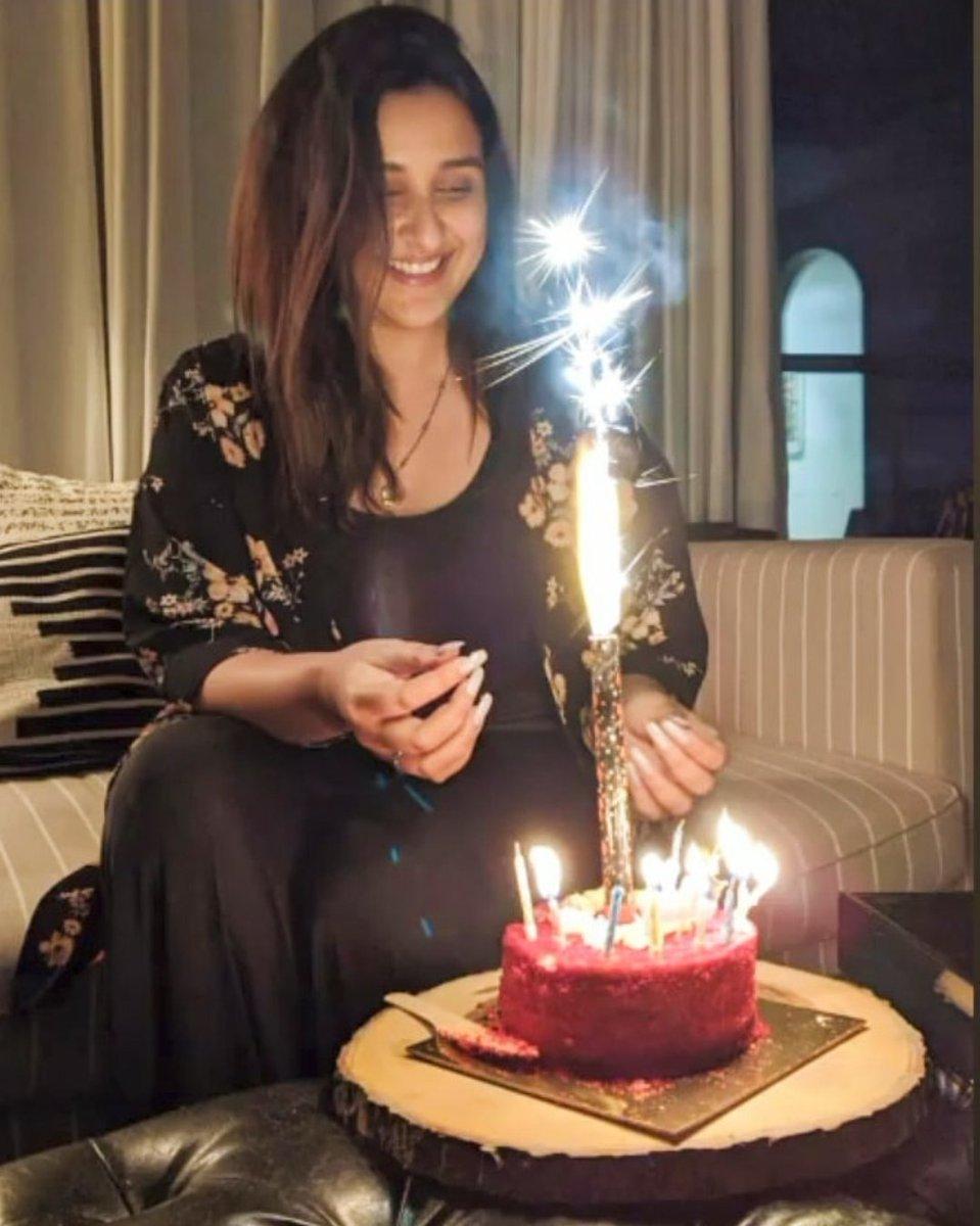 من احتفال النجمة الهندية #بارينتي_شوبرا بعيد ميلادها  #HappyBirthdayParineetiChopra #ParineetiChopra #bollywood