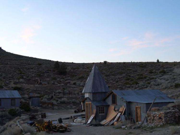廃村復活プロジェクト ゴーストタウンになった廃坑の村を観光地へと変えようとしてる起業家がいる カリフォルニアに19世紀から20世紀中盤まで栄えたセロコード鉱山がある 高品質の銀、鉛、亜鉛を生産してたけど50年代から資源は枯渇しはじめ鉱山周辺に開かれた集落の住民は皆去った