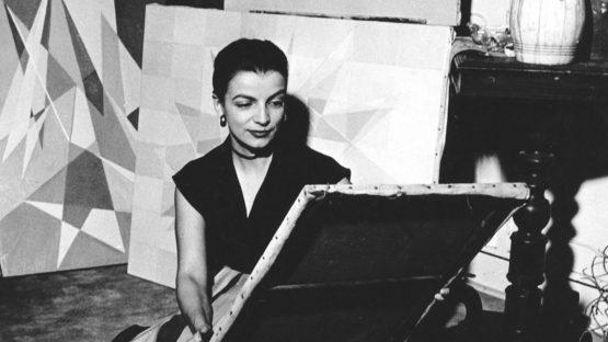 Centenário da pintora e escultora Lygia Clark   Uma das artistas mais inovadoras da nossa história, trocou a pintura pela experiência com objetos tridimensionais. Ao explorar a sensorialidade, provocou a participação ativa do público, convidando-o a ser co-criador da obra. https://t.co/8kJwnItEeE