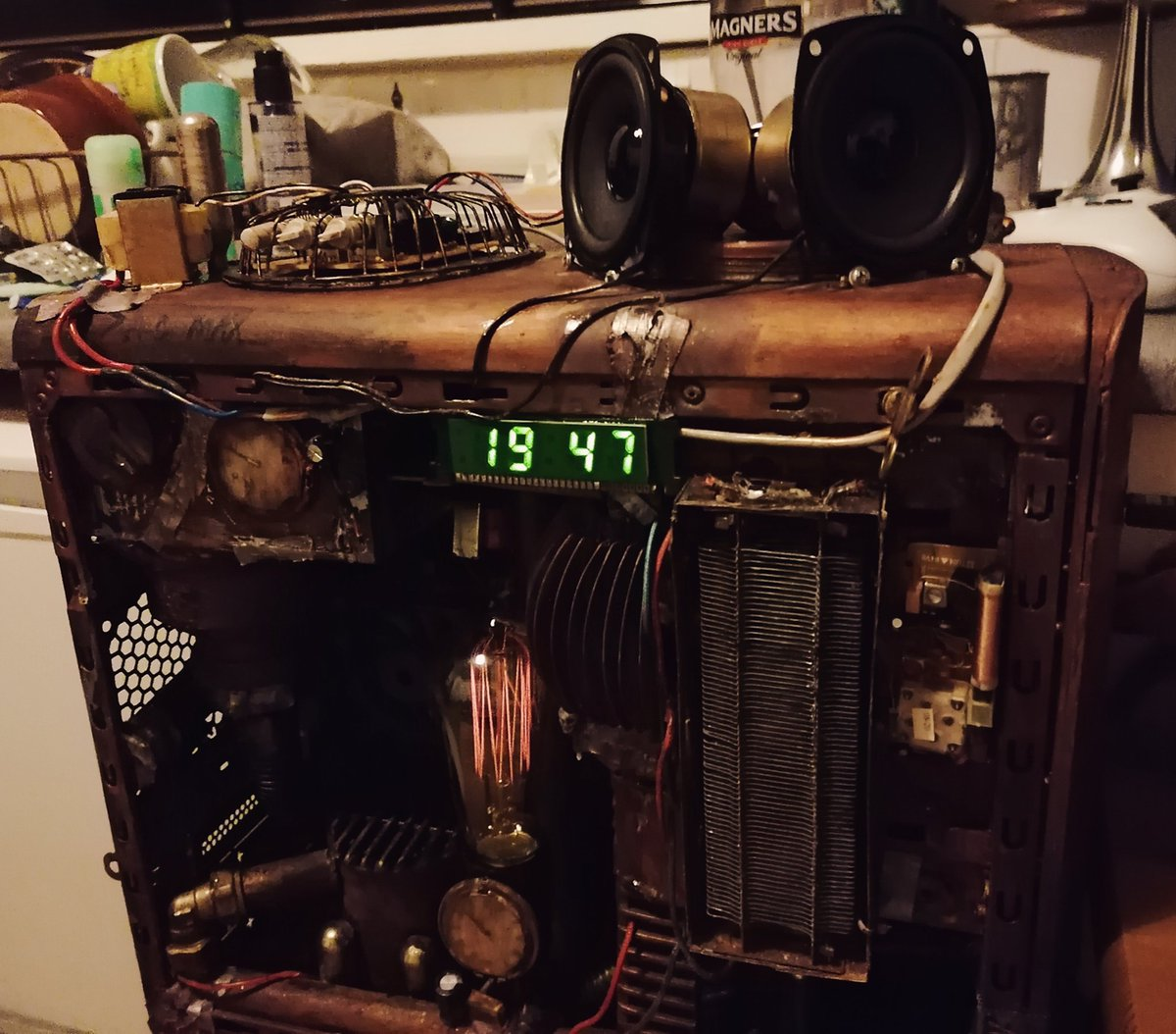 I'm always adding and changing bits to my #steampunk PC. It now has speakers and a digital clock 💡 🤓 xxx