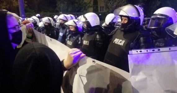 Co działo się dziś pod domem Jarosława Kaczyńskiego? To właśnie na Żoliborzu zaczął się protest https://t.co/5QQsT6noE6 https://t.co/Vk2wCgaj58