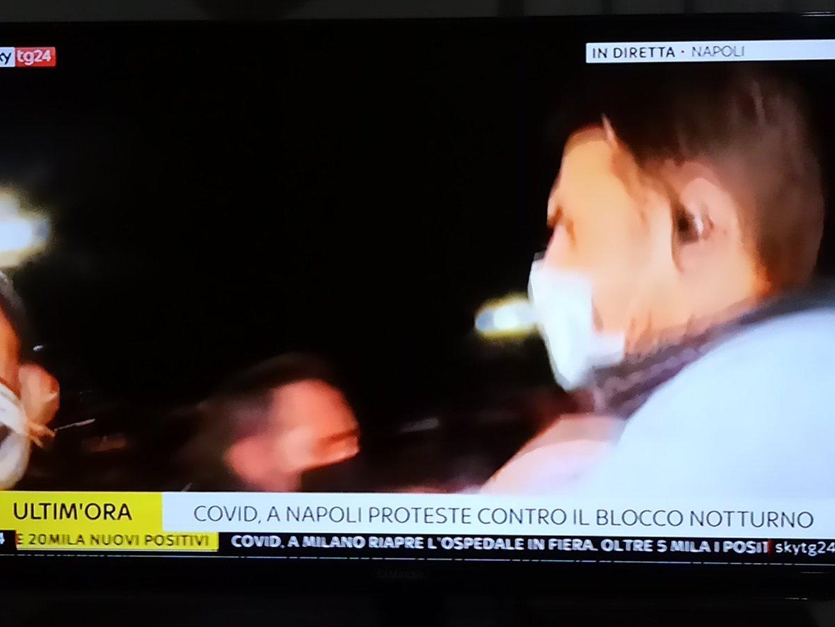 Aggressione in diretta a #Napoli contro inviato Sky Tg24 che documenta manifestazioni contro #coprifuoco.   #Campania  #DeLuca #propagandalive https://t.co/jhfpUhmKZl