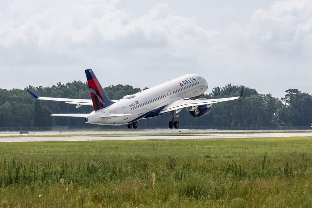 #Airbus has delivered its first U.S.-assembled #A220 aircraft from Mobile, #Alabama. The aircraft was delivered to #Delta. 📷 ©Airbus #aviation #avgeek #avgeeks #flights #travel #Traveler #mobile https://t.co/AIB2gb9mZO
