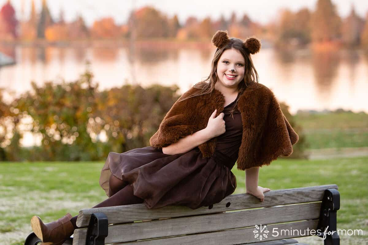 How to Make a Faux Fur Capelet or Faux Fur Wrap   This is the perfect way to make Halloween costumes warm and cozy... while still staying stunning!  https://t.co/5tAyISU5eM #halloween #diyhalloween #costume https://t.co/4VXsp3ZQ08