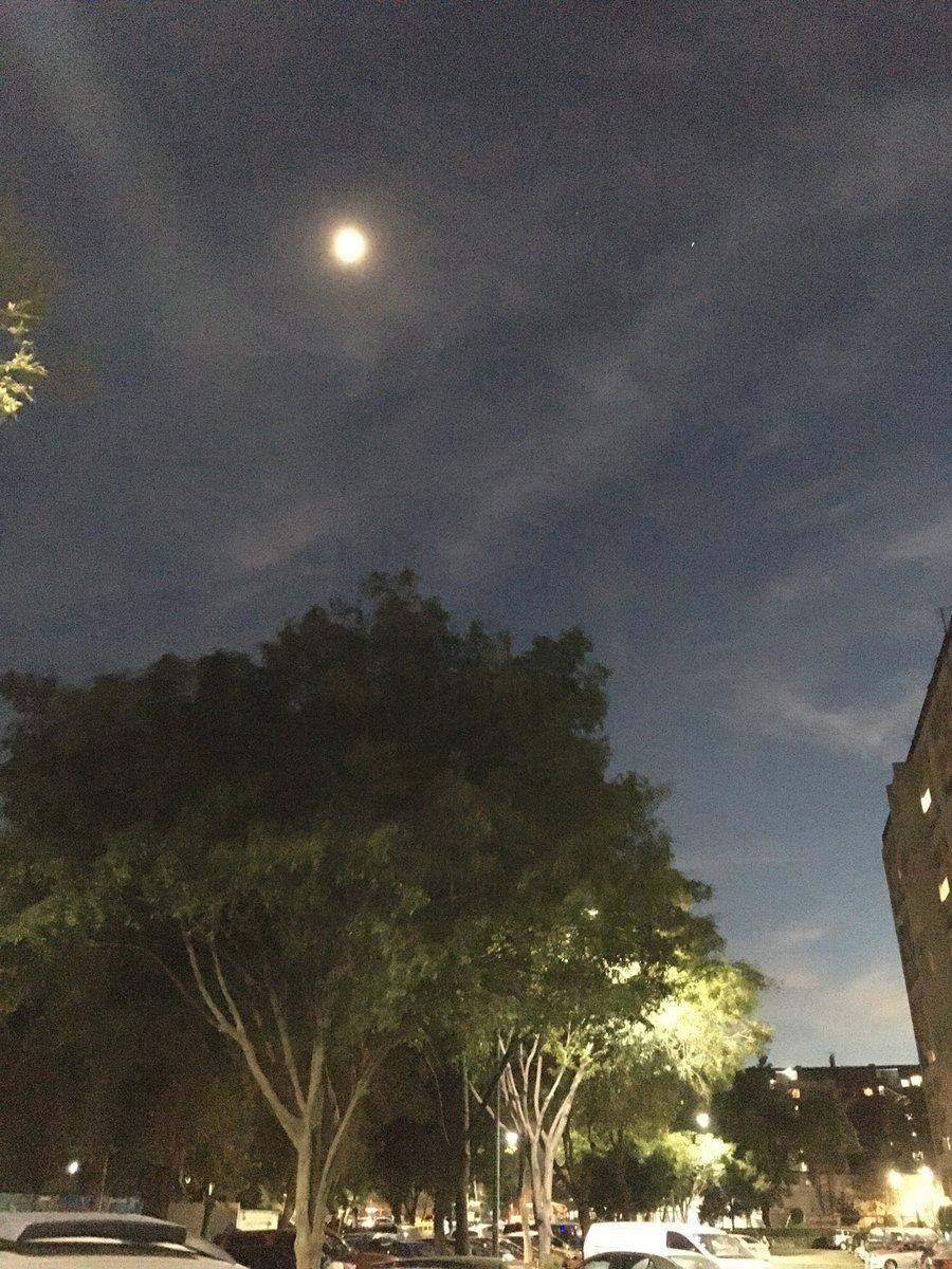 Júpiter, Saturno y la Luna desde la Ciudad de México #iPhoneSE #SkyView https://t.co/r6K5Be3NxG