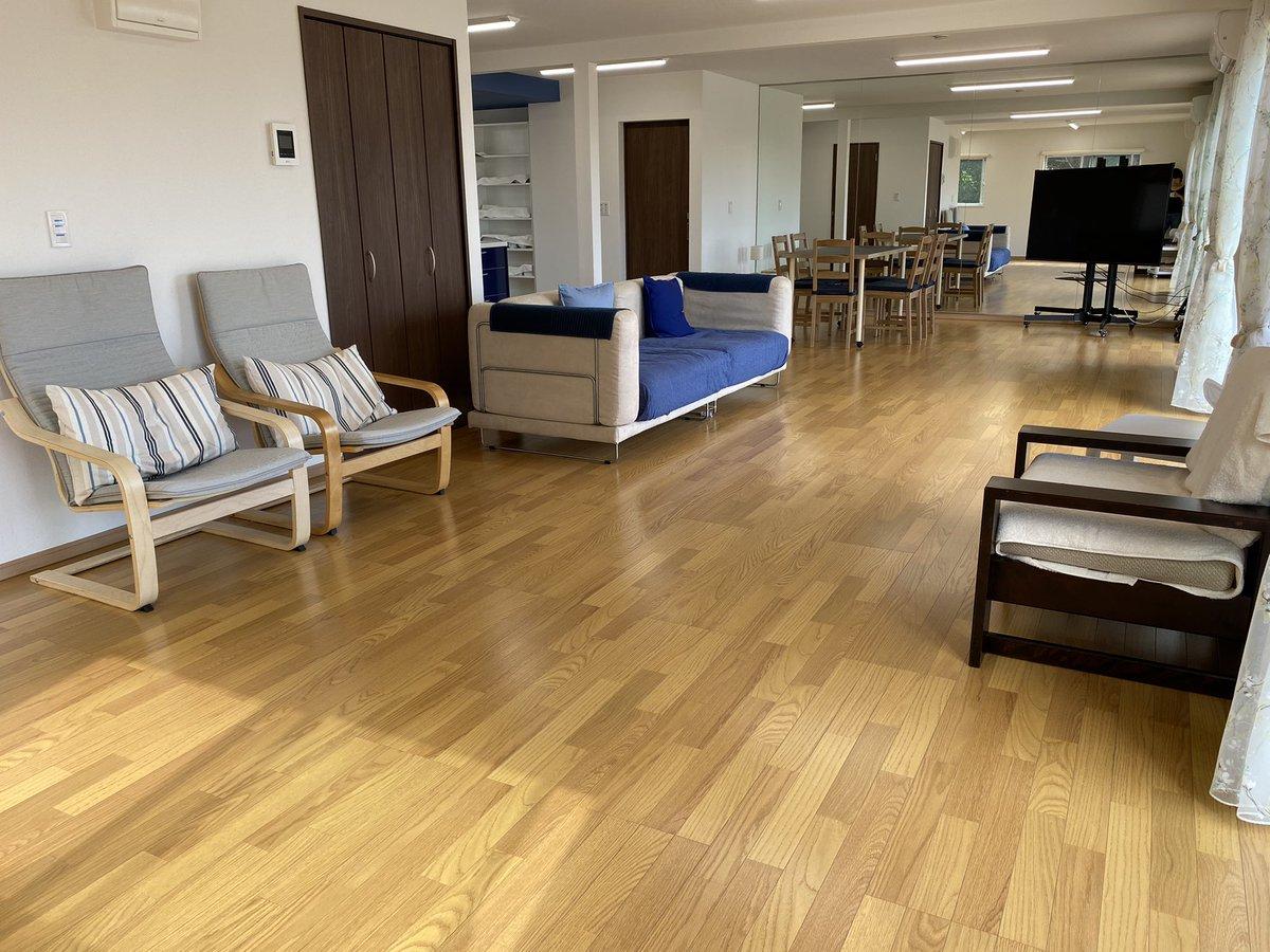 レンタルルーム全体の眺めです。一番奥、突き当たりの一面は鏡になっています。65インチのテレビが設置してあります。  #SKYVIEW #SKYVIEWTERRACE #横浜 #レンタルスペース #フリースペース #みなとみらい #一望 #一面鏡 https://t.co/qj0aFRa4VO
