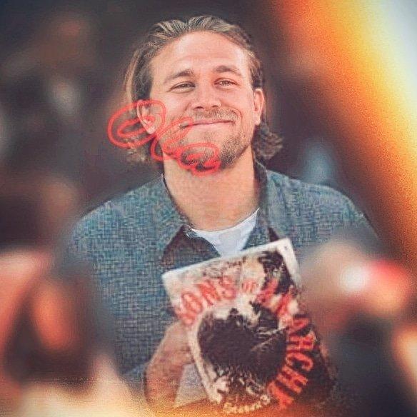 saturday sweet #smile goes to #mysexybiker #hunkyhunnam #charliehunnam 🤩 ilysm Charlie Hunnam https://t.co/e17mS8qE4L