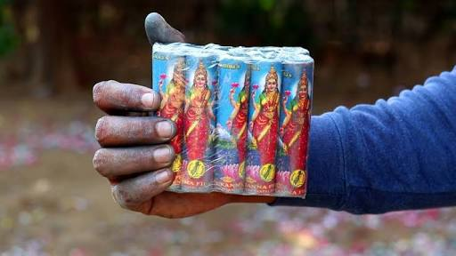 Here is latest poster of #AkshayKumar's most awaited film #Laxmmibomb. Kyunki Barsane aa Rahi hai laxmmi!  #yediwalilaxmmibombwali💥 @akshaykumar @advani_kiara @offl_Lawrence @Shabinaa_Ent @TusshKapoor @DisneyplusHSVIP @foxstarhindi  #KiaraAdvani