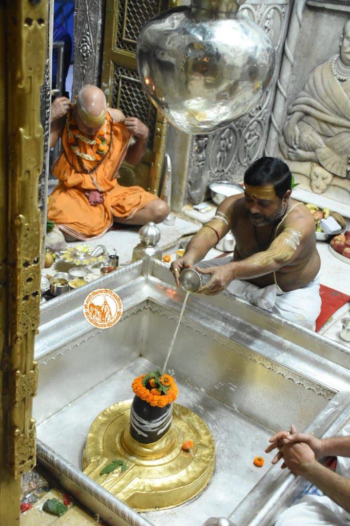 आज दिनाँक 24-10-2020 को श्री काशी विश्वनाथ मंदिर के मंगला आरती के दर्शन।  #ShriKashiVishwanath #Shiv #Mahadev #Baba #Temple #Nyas #ManglaAarti #darshan #blessings #Varanasi  #Kashi #Jyotirlinga https://t.co/i8dhJrKSew