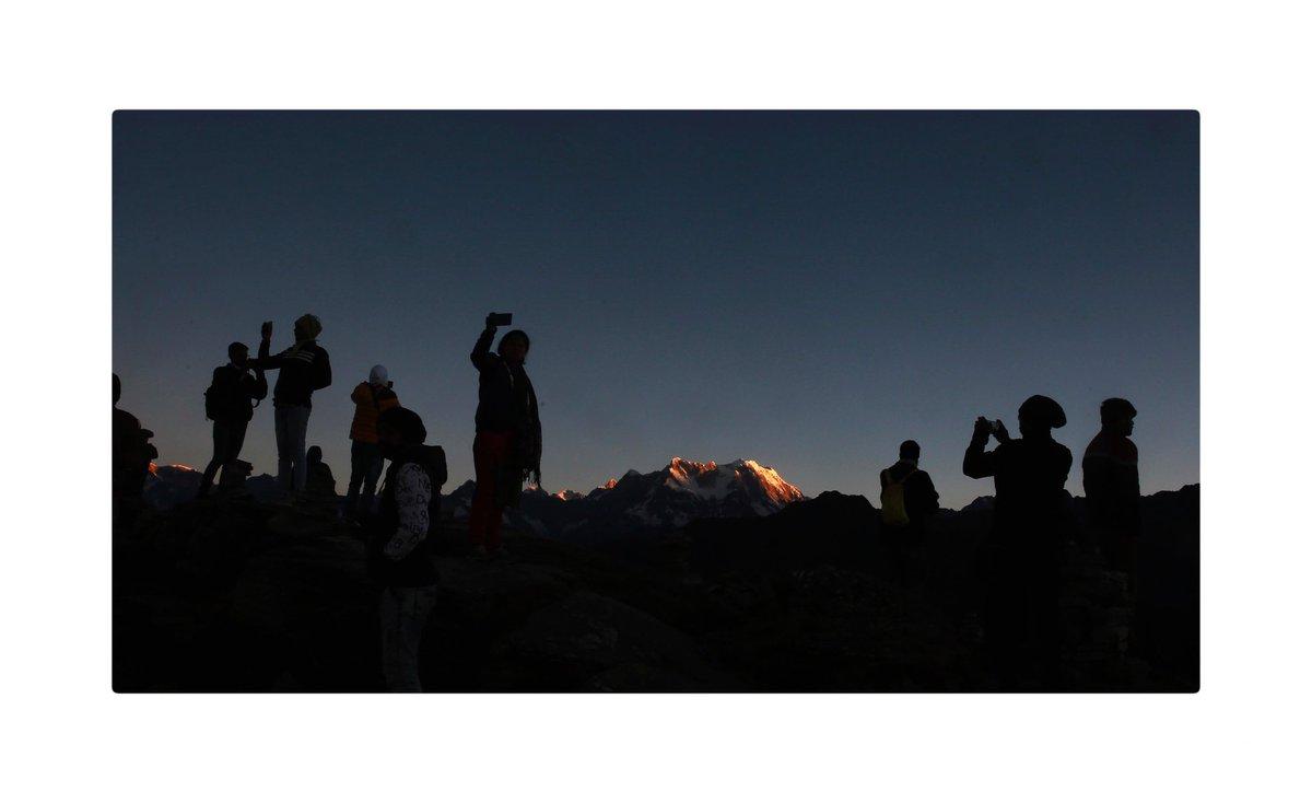 People waiting for sunrise at #Chandrashila peak in #Tungnath #uttranchal #travelling #Himalaya @incredibleindia #mountain #NaturePhotography https://t.co/pFE0V1JQp8