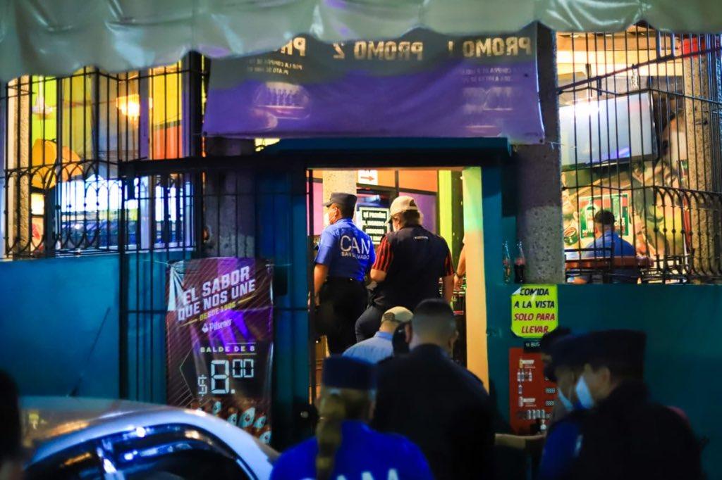 .@alcaldia_ss  realizó esta noche un operativo en bares y restaurantes de la capital, con el fin de constatar que estos cuenten con los permisos de funcionamiento. Los negocios que infringían las Ordenanzas Municipales fueron sancionados.  #ITVX https://t.co/OUhV5kfTaW