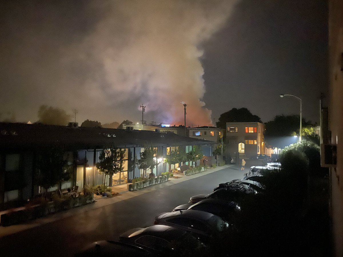 Fire at Telegraph and 41st #oakland #temescal https://t.co/mDO47Sqxkx