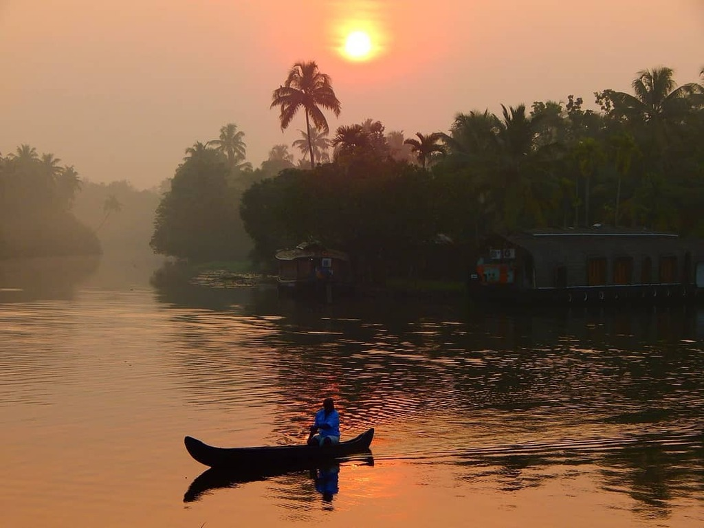 A local gentleman quietly paddling his private #canoe to cross the river in the early hours of a day in #backwatersofkerala#keralagodsowncountry#fiftyshadesofnature#entekeralam#romanticview#beautifuldestinations#kerala#goodvibes#kerala360#mal… https://t.co/UqV9jGom8M https://t.co/TOQztPePu4