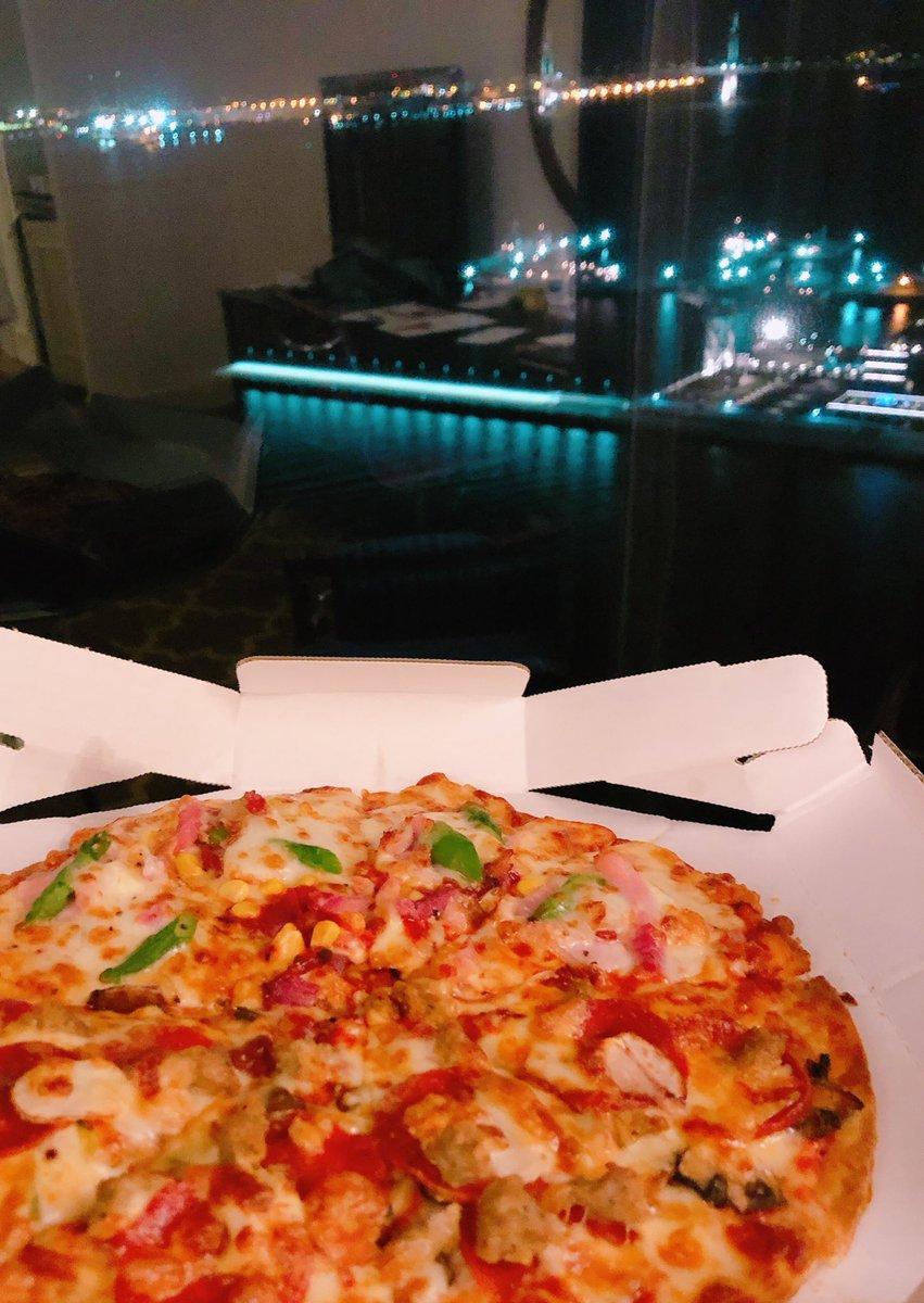 ピザ、見てごらん、これがみなとみらいの夜景だよ