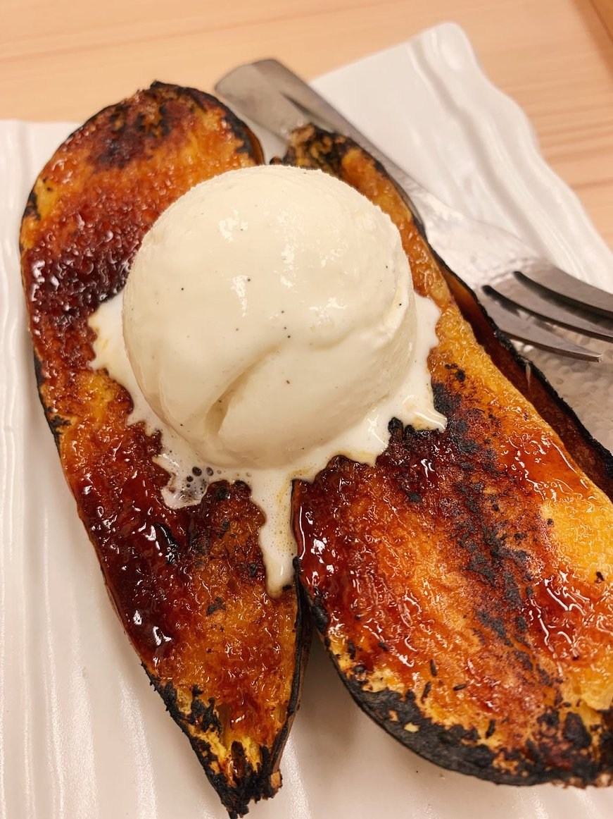 【高級芋菓子しみず】@東京:築地駅から徒歩6分アイスを乗せた焼き芋ブリュレを食べられるお店。パリパリにキャラメリゼした表面は香ばしく、アイスが溶け出すと全体的に甘さがプラスされる芋スイーツ!品種別に焼き芋の食べ比べも可能で、ハチミツに浸しながら堪能できます!