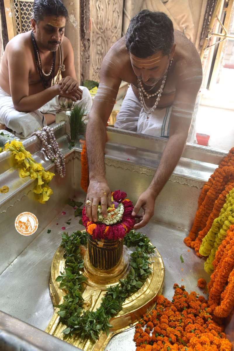 आज दिनाँक 24-10-2020 को श्री काशी विश्वनाथ मंदिर के दोपहर भोग आरती के दर्शन।  #ShriKashiVishwanath #Shiv #Mahadev #Baba #Temple #Nyas #darshan #blessings  #BhogAarti #Varanasi #Kashi #Jyotirlinga https://t.co/HpGMhEdfbq