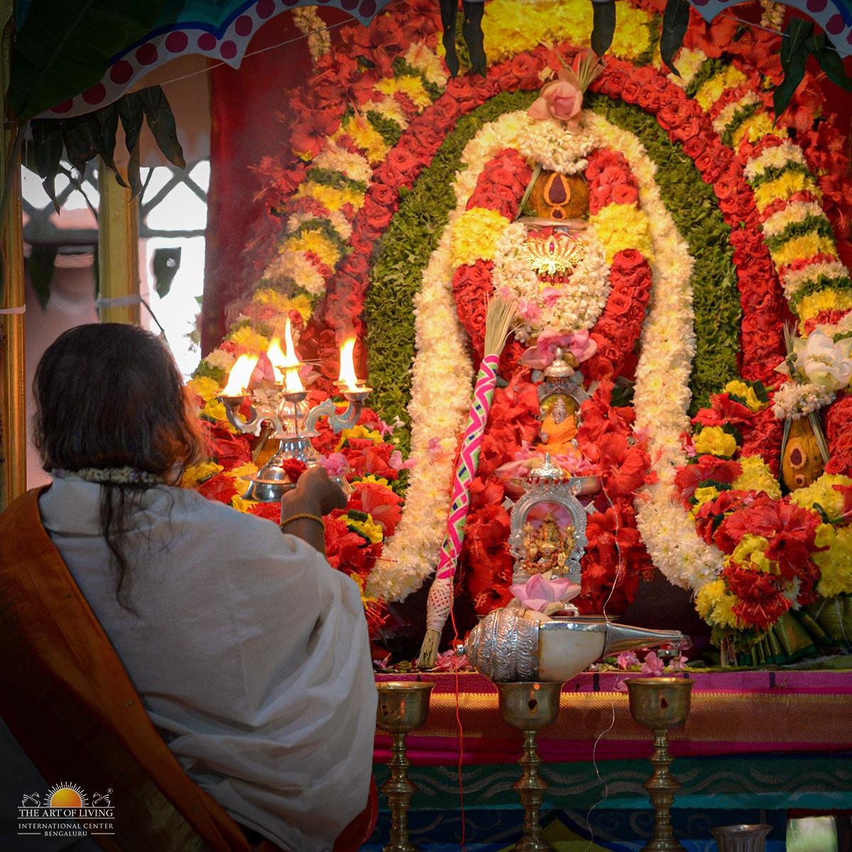 Shat Chandi Homa - the pinnacle of all the Homas of #Navratri2020 celebrations concluded today in the presence of Gurudev @SriSriRaviShankar. https://t.co/k4qx0YAc4V