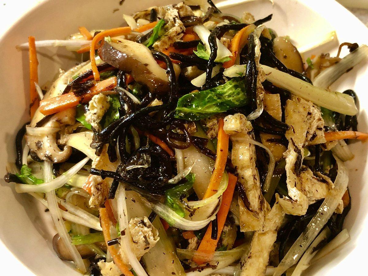 おはえりりん☀️先日のホムパでお友達の凄く美味しかったお料理『ひじきとセロリのサラダ』を早速作ってみました❣️簡単  栄養満点 ヘルシー オススメです カルシウム食物繊維レシピ😋💖↓ハッピーな一日曜日をお過ごし下さい❣️✨#感謝のトイレ掃除#ヨガ#健康