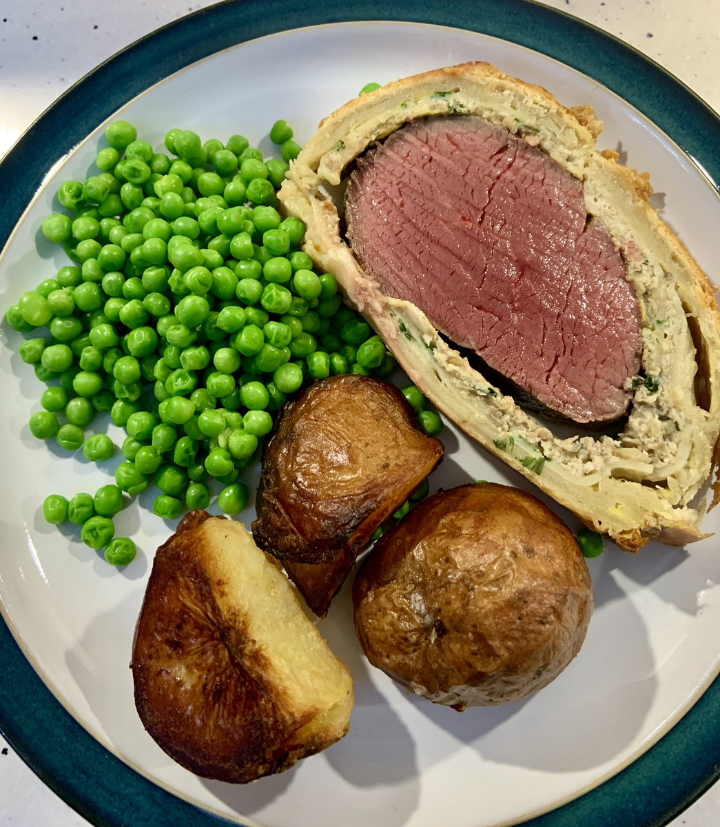 Beef welly. Fantastic piece of fillet from @simpsonbutchers great value too considering we fed four and took four steaks off it for another day 😋 #LincsConnect @lincsblogger https://t.co/C0hP4Ugwfe