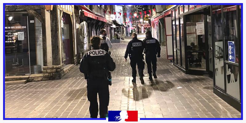 [#COVID19] #Troyes - Patrouilles @PoliceNat10 pour s'assurer du bon respect des prescriptions sanitaires. Si vous devez sortir de votre domicile, assurez-vous d'avoir sur vous une attestation de déplacement dérogatoire renseignée avec un motif autorisé. https://t.co/WQLQnmmKIy