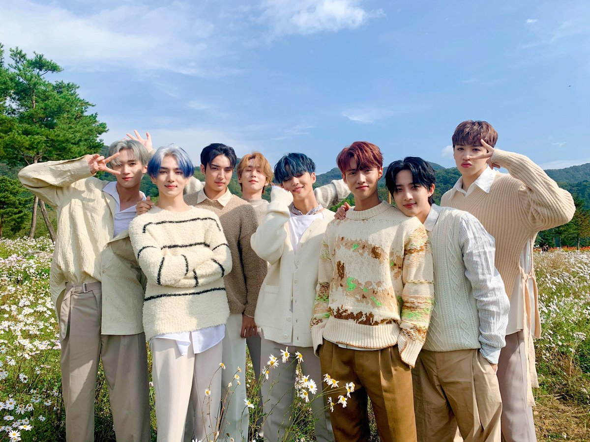 DAILY CHALLENGE for #UNIVERSE  You get to gift Pentagon three things! 1st is a book/movie you own 2nd is most colorful thing you own 3rd something black to the left of you  What are you gifting them? Reply below!  Remember to tag @CUBE_PTG #PENTAGON #펜타곤 https://t.co/Ux0E3TJvDD