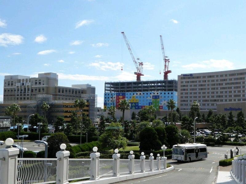 昨日のブログ更新。舞浜オフィシャルホテル群の風景で、これは好きになれそうにない。もしヒルトンとオークラが分譲マンションだったら、間にこんなケバい建物ができるとなると景観論争から反対運動だろうなあ。