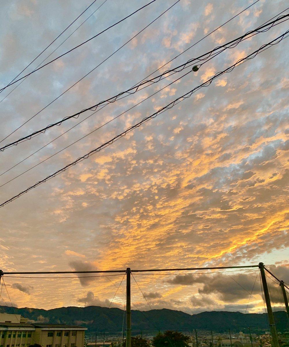 一昨日の夕焼け❗❗ その日はたまたま一眼のカメラ持ってる友達がいたから羨ましいかった スマホでも綺麗に撮れたよ❗ #PicsArt  #画像加工  #画像編集 #綺麗な写真  #綺麗な景色 #アイコン #自作アイコン https://t.co/tqMuAiDgLp