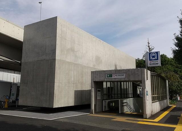 【話題】千駄ヶ谷にそびえるコンクリートの塊…正体はトイレ8月に完成した「千駄ヶ谷駅前公衆便所」。担当者は「千駄ヶ谷のシンボルになり得るアイコニックな建築としました」と説明した。