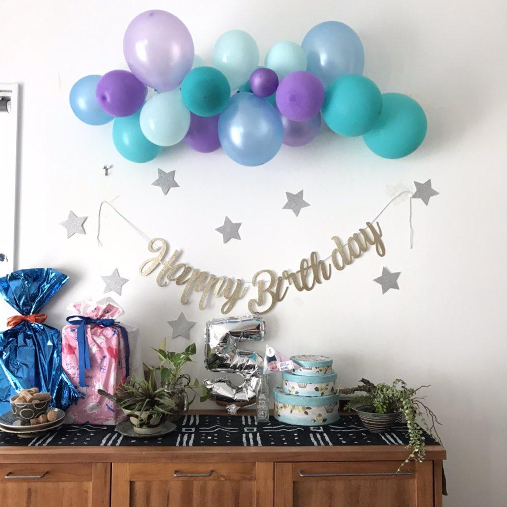 ブログを更新しました。次女の5歳の誕生日の話です。この楽天で買った風船めっちゃパーティ感出ますね。テープで壁に止めてたのに夜の間に剥がれ落ちて、剥がれたテープが風船にベタァ張り付いて、それ剥がす際にパァン‼️パァン‼️パァン‼️割れて若干減ったけども。