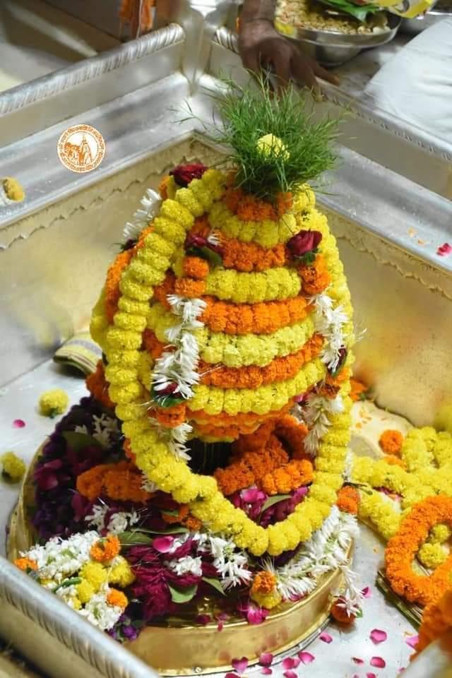 आज दिनांक 25 -10-2020 रविवार के श्री काशी विश्वनाथ ज्योर्तिलिंग जी के प्रातः मंगला श्रृंगार आरती एवं दूग्ध अभिषेक के पावन व दिव्य दर्शन #ShriKashiVishwanath #Shiv  #Mahadev #Baba #Nyas #ManglaAarti #darshan #blessings #Varanasi  #Kashi #Jyotirlinga  #हर_हर_महादेव  📿🙏🙌 https://t.co/arBGFmnH64