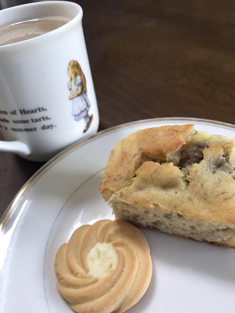 本日のおやつ昨日焼いたバナナマフィン🍌レシピ(簡単♪しっとり♪バナナマフィン by ぷみぱん  #cookpad)と、いただきものクッキーの残り。この手の焼き菓子って一日置いとくと馴染んでより美味しくなることに気がついた。