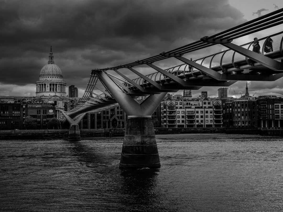 The London Millennium Footbridge bear St Paul's Cathedral taken with my Fuji GFX50s and 63mm lens, Gitzo tripod #millenniumbridge #stpaulscathedral #bridge #london #wallartphotography #tourist #londonlife #fujigfx50s #fuji #repost #repostmyfuji #gitzo https://t.co/qiaHweKbtt